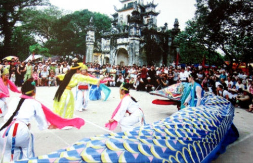 Snake dance and catching snake competition in Le Mat Festival